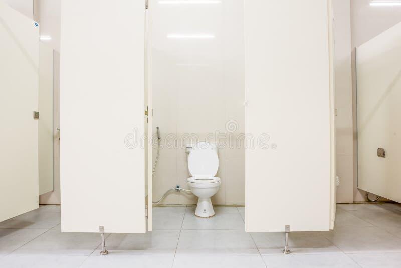 Toalete público e portas foto de stock