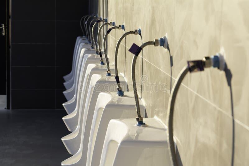 Toalete público em público que constrói Interior do toalete público para o conceito da parte externa e da construção fotografia de stock