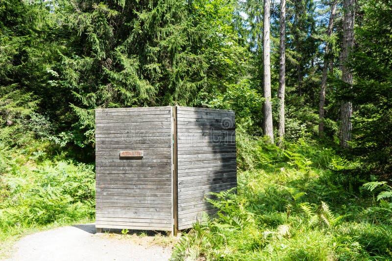 Toalete público na floresta para caminhantes imagem de stock royalty free
