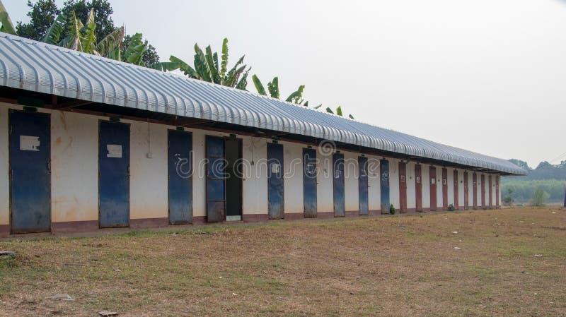 Toalete público velho no templo, toalete público no campo fotos de stock