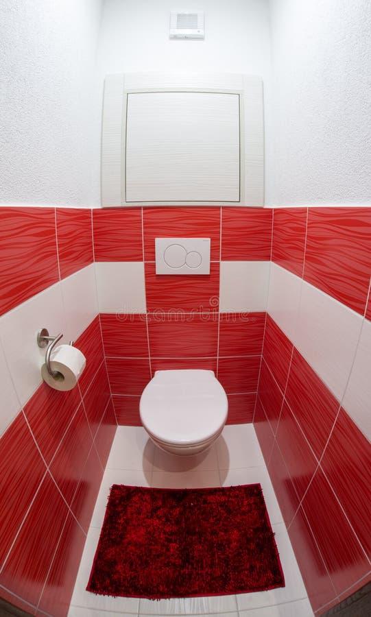 Toalete vermelho e branco pequeno fotografia de stock royalty free