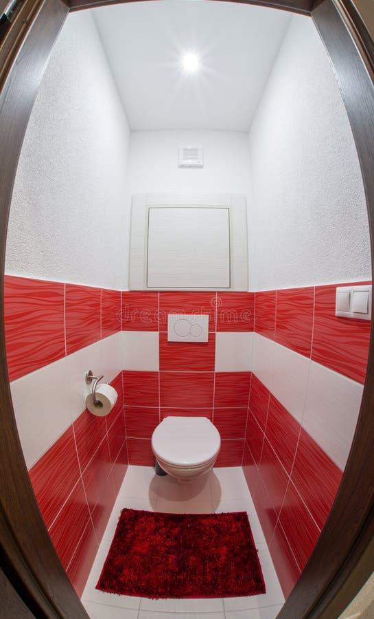 Toalete vermelho e branco pequeno imagens de stock