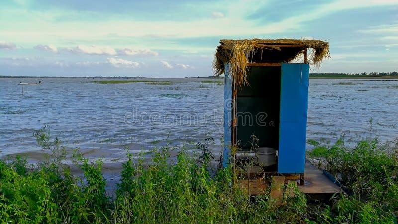 Toalete, vila, Ásia, Indonésia, Kalimantan imagem de stock