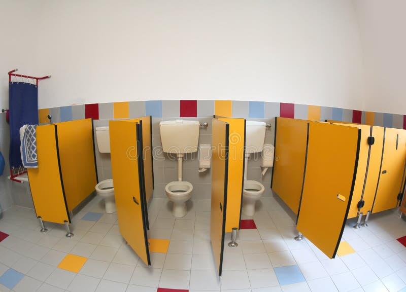 Toaletes pequenos de um jardim de infância com as portas amarelas sem criança foto de stock royalty free