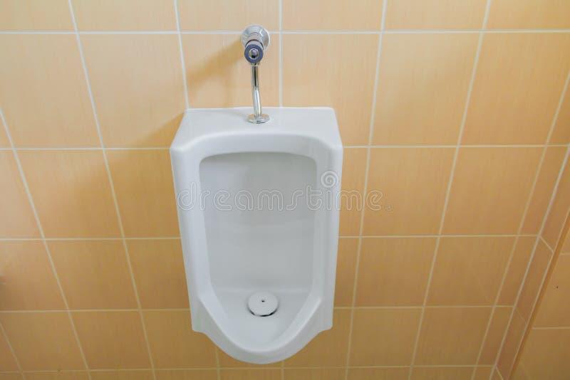 Toaletowego pisuaru jawny biel w łazience z kopii przestrzenią fotografia stock
