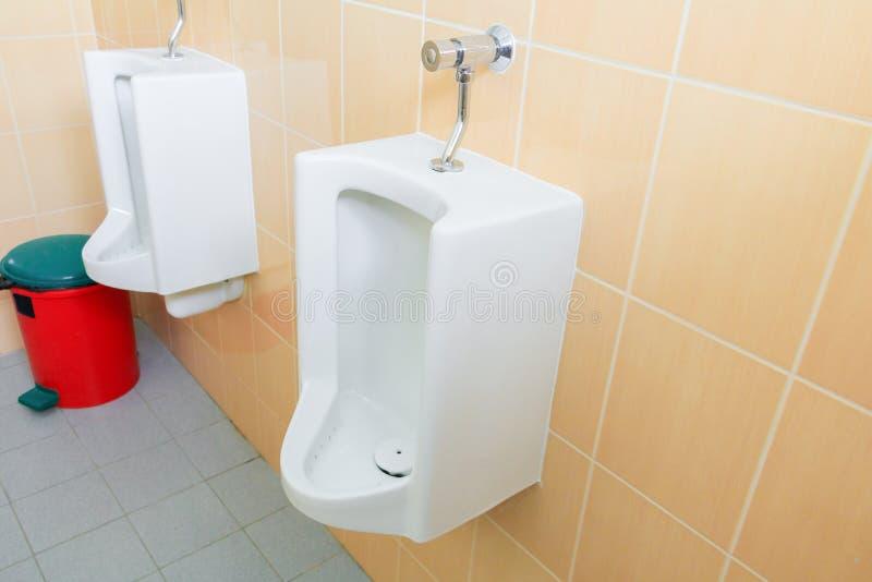 Toaletowego pisuaru jawny biel w łazience z kopii przestrzenią zdjęcia stock