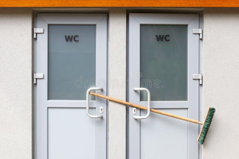 Toaletowi drzwi zamykają z miotłą Jawna toaleta no pracuje zdjęcia stock