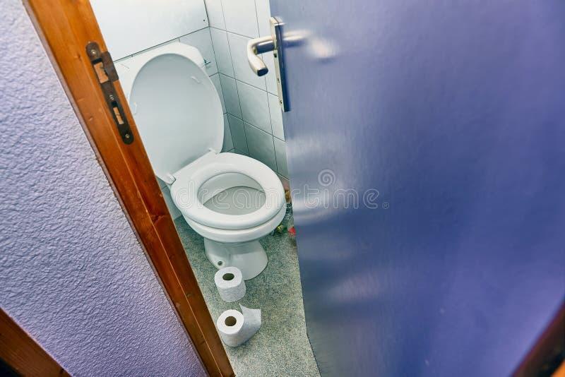 Toaletowy drzwiowy otwarcie zdjęcia stock