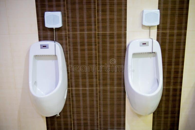 Toaletowy mężczyzna ` s pokój Zamyka w górę rzędu plenerowych pisuarów mężczyzn jawna toaleta, zbliżenie biali pisuary w mężczyzn zdjęcia stock