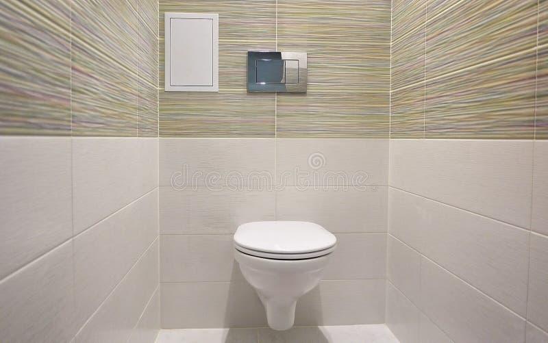 Toaletowy projekt z obmurowaną toaletą Obmurowana toaleta zrobi gdy instalacja wszystkie elementy oprócz toalety, chuje fotografia stock
