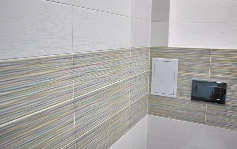 Toaletowy projekt z obmurowaną toaletą Obmurowana toaleta zrobi gdy instalacja wszystkie elementy oprócz toalety, chuje fotografia royalty free