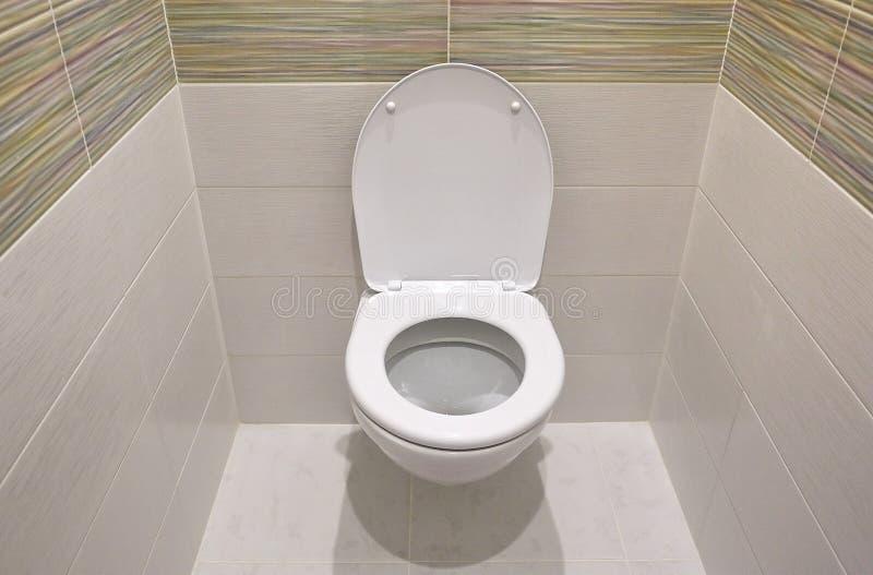 Toaletowy projekt z obmurowaną toaletą Obmurowana toaleta zrobi gdy instalacja wszystkie elementy oprócz toalety, chuje obrazy royalty free