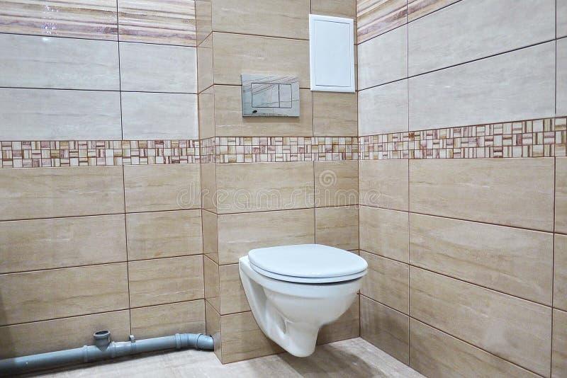 Toaletowy projekt z obmurowaną toaletą Obmurowana toaleta zrobi gdy instalacja wszystkie elementy oprócz toalety, chuje zdjęcie royalty free