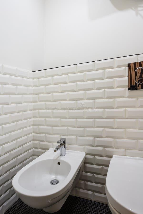 Toalett och detalj av en h?rnduschbid? med tillbeh?ret f?r v?ggmonteringsdusch fotografering för bildbyråer
