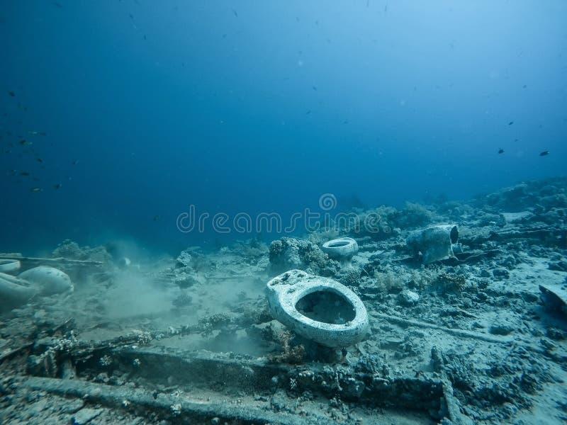 Toalett som ?r undervattens- i havet arkivbild