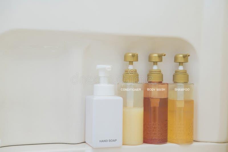 Toalettartikelpåse med lopptoalettartiklar, små plast- flaskor av hygienprodukter och tvål fotografering för bildbyråer