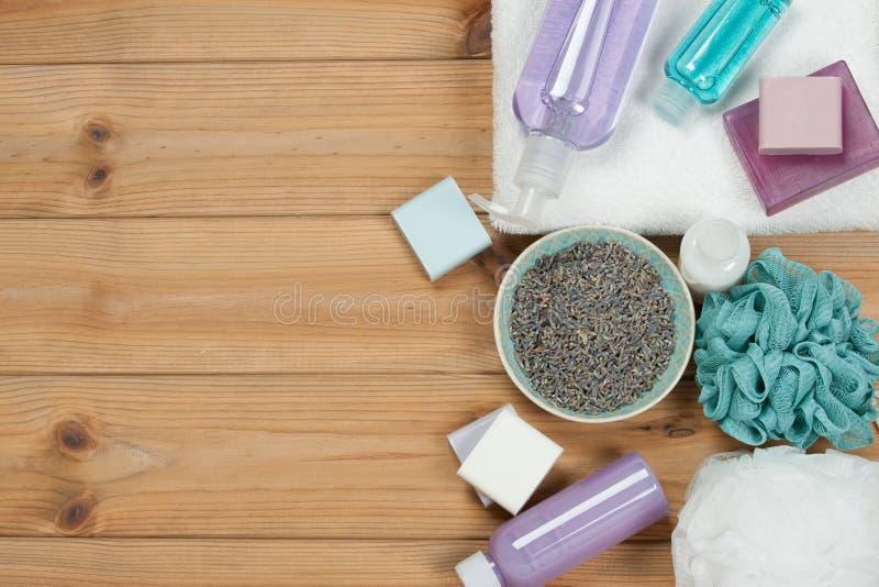 Toalettartikeluppsättning Tvålstång och flytande Torkade lavendelkronblad Shampo fotografering för bildbyråer