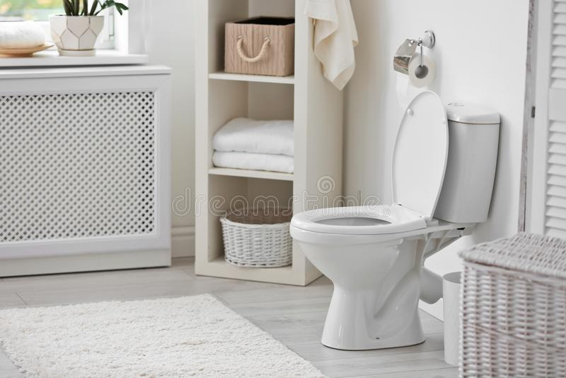 Toalettbunke i modern inre arkivfoto