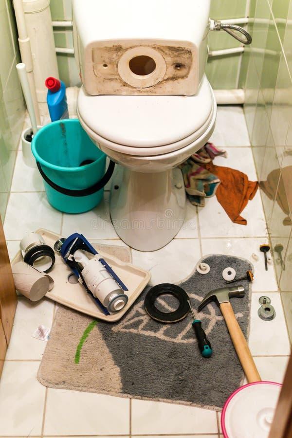 Toaletten reparerar pågående arbete arkivfoto