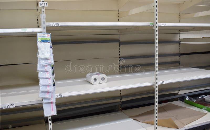 Toalettpapper Stormarknadshyllorna i Storbritannien är tomma när folk drabbas av panik genom att köpa loo roll-/toalettpapper på  arkivbilder