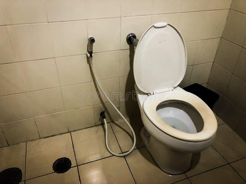 Toalettrum med gammal och smutsig lutningsikt av bilden, bild arkivbilder