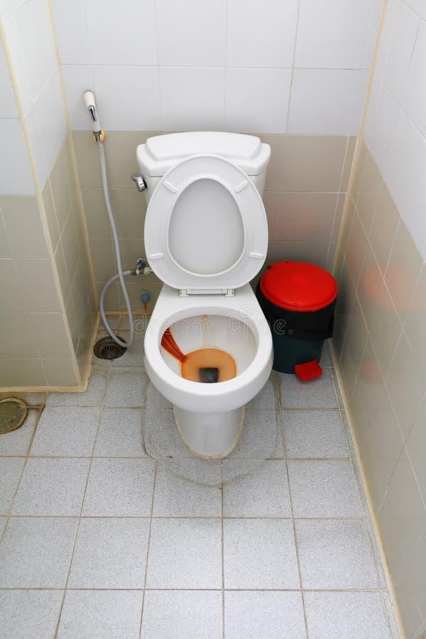 Toalety brudnej szafy ośniedziała woda i samiec uryna w biurze zdjęcie royalty free