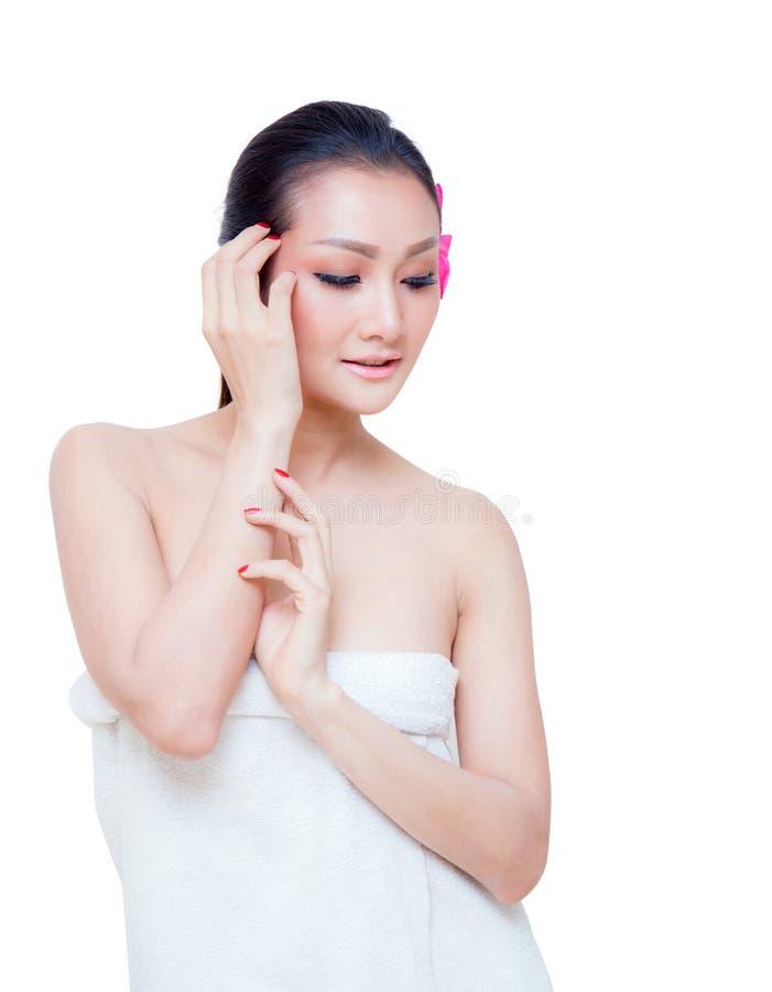 toalha bonita do desgaste de mulher, isolada no fundo branco foto de stock