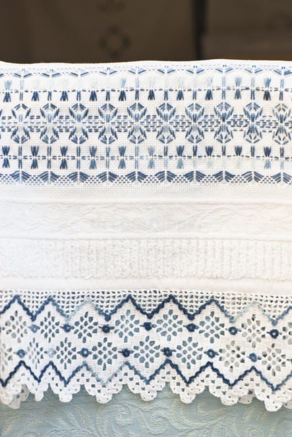 Toalha com laço do crochet imagens de stock