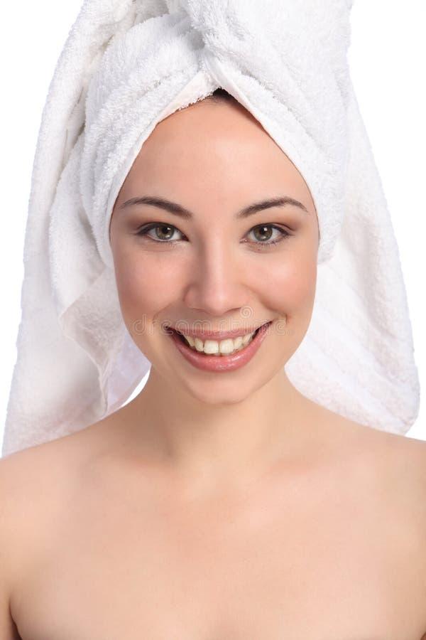 Toalha de banho feliz bonita da mulher nova em sua cabeça imagem de stock royalty free