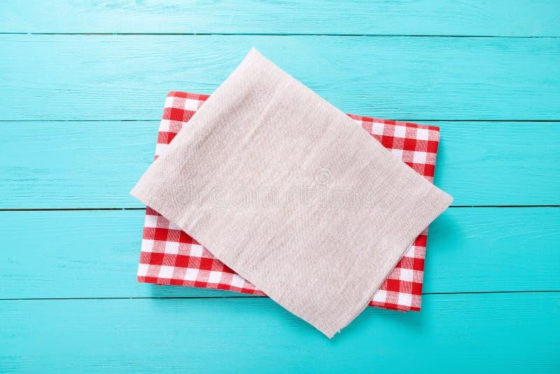 Toalha de mesa da manta e cinza vermelhos uma na tabela de madeira azul Espaço da vista superior e da cópia fotos de stock royalty free