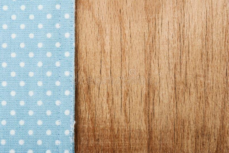Toalha de mesa e fundo de madeira da tabela foto de stock