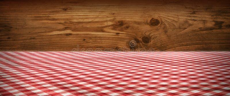 Toalha de mesa quadriculado na frente da parede de madeira fotografia de stock