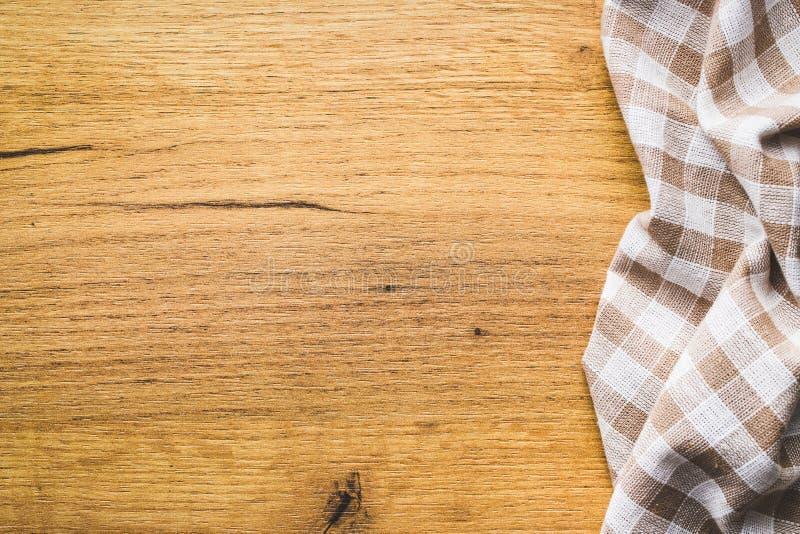 Toalha de mesa quadriculado sobre a tabela de madeira foto de stock