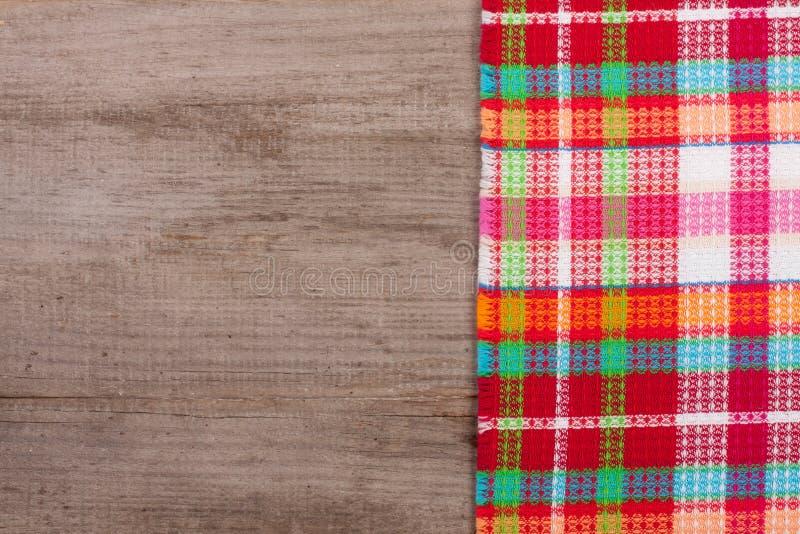 Toalha de mesa quadriculado vermelha em uma tabela de madeira velha com espaço da cópia para seu texto Vista superior fotos de stock royalty free
