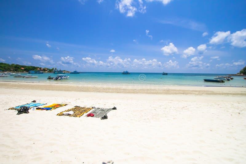 Toalha de praia listrada na praia bonita com o céu azul fresco, na ilha de Samed em Tailândia Conceito das férias de verão imagem de stock royalty free