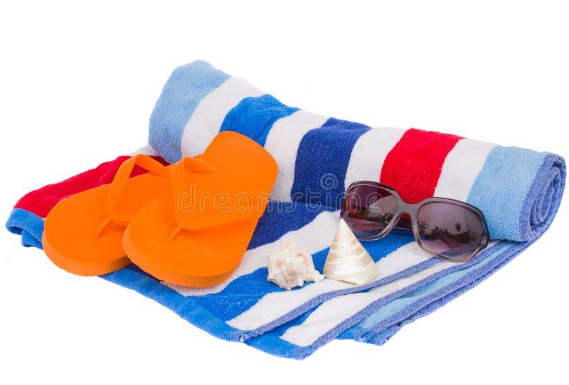 Toalha e sandálias de praia fotografia de stock