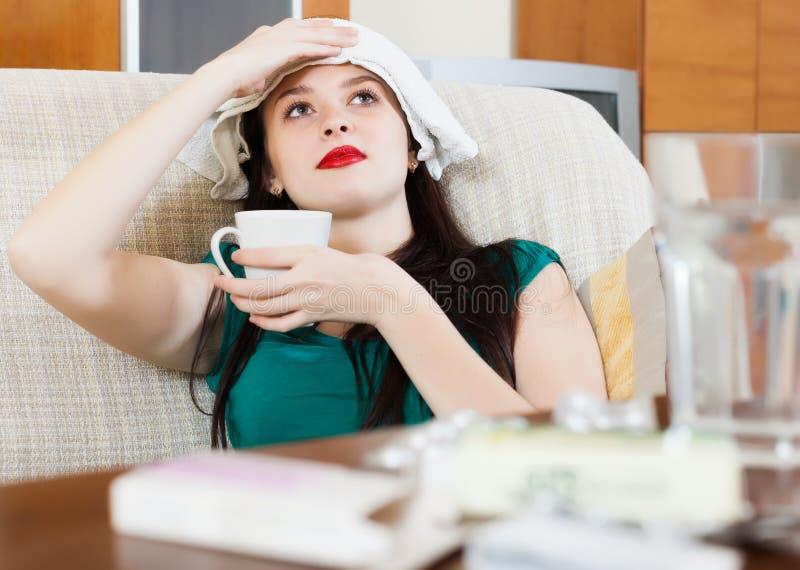 Toalha stuping de sofrimento da mulher a dirigir foto de stock royalty free