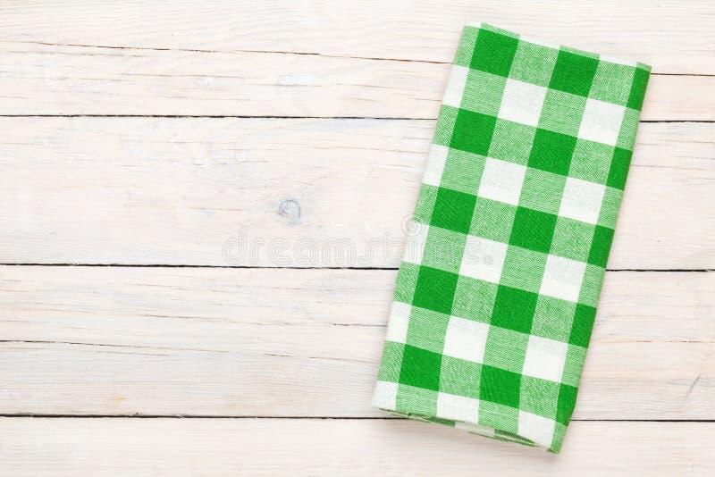 Toalha verde sobre a mesa de cozinha de madeira foto de stock royalty free