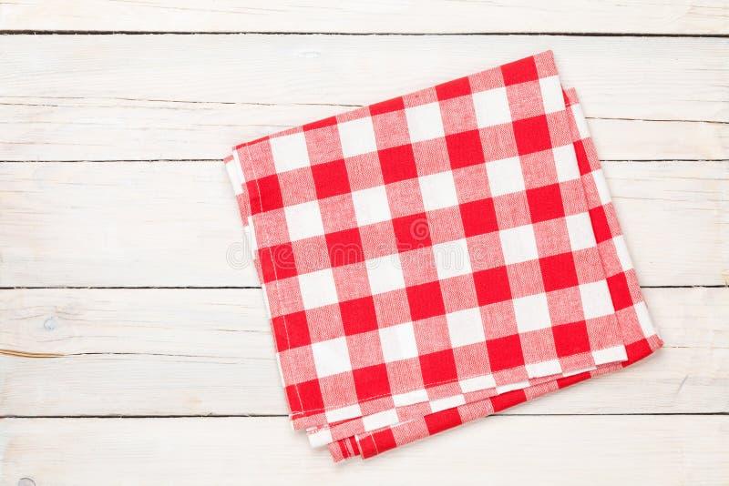 Toalha vermelha sobre a mesa de cozinha de madeira imagem de stock