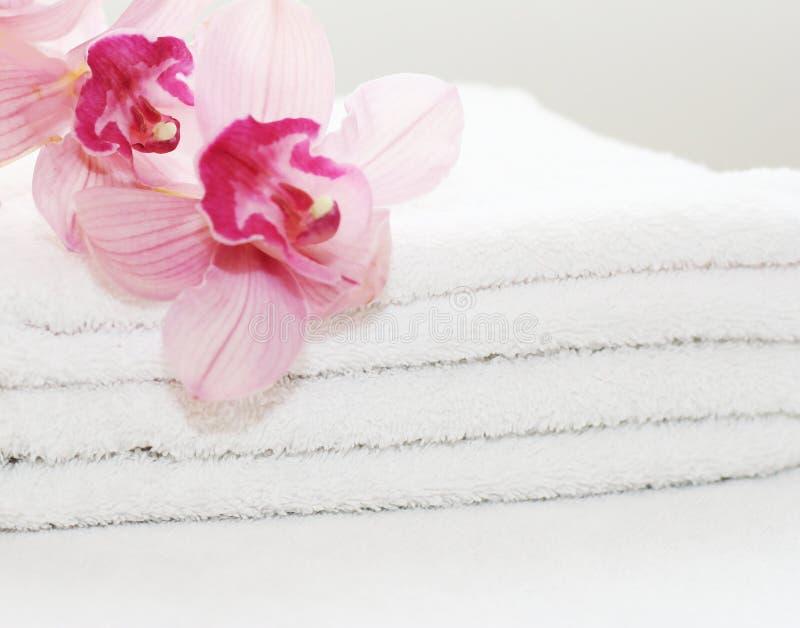 Toalhas brancas com orquídeas imagem de stock royalty free
