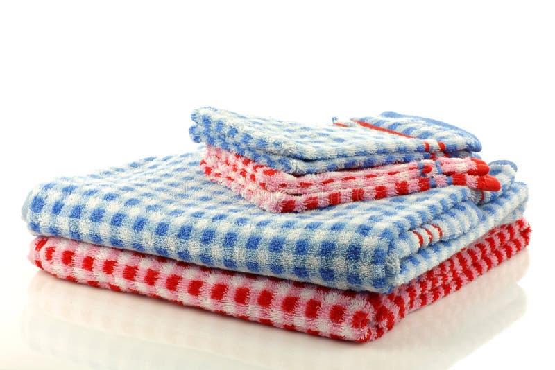 Toalhas checkered coloridas empilhadas do banheiro imagens de stock