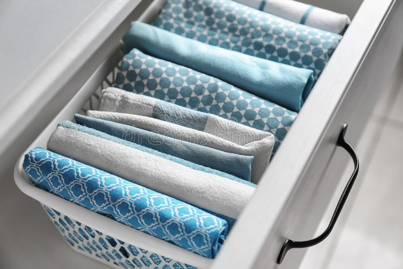 Toalhas de cozinha limpas na gaveta foto de stock