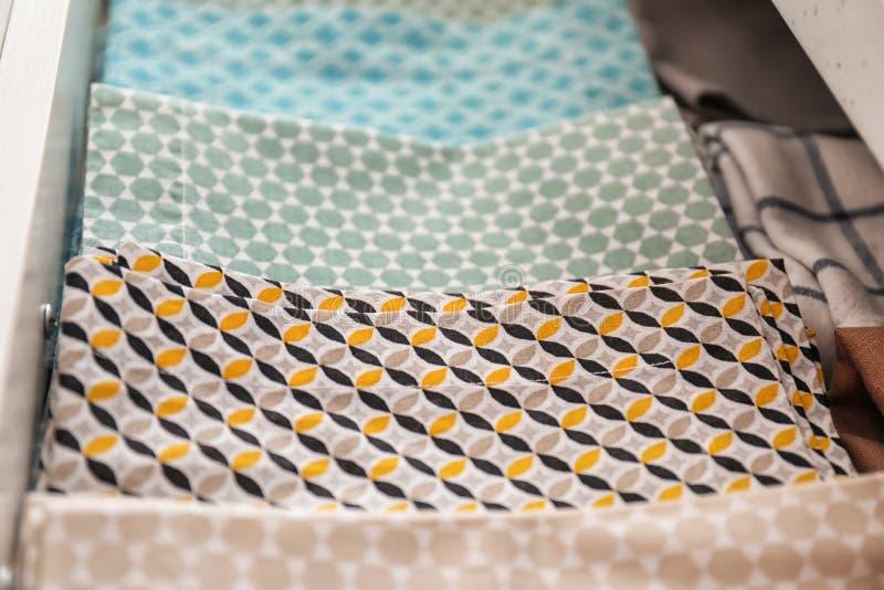 Toalhas de cozinha limpas na gaveta imagens de stock