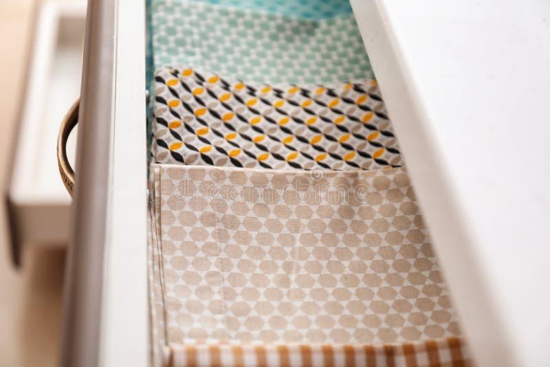 Toalhas de cozinha limpas na gaveta imagem de stock