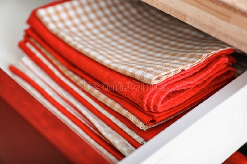 Toalhas de cozinha limpas na gaveta fotos de stock