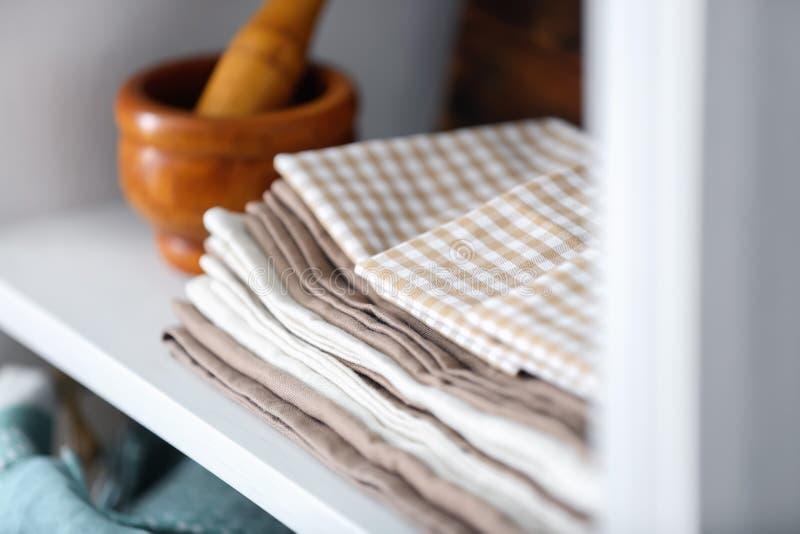 Toalhas de cozinha limpas na prateleira fotos de stock royalty free