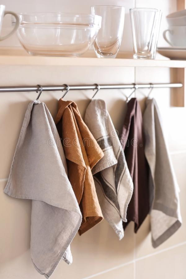 Toalhas de cozinha limpas que penduram na cremalheira imagem de stock royalty free