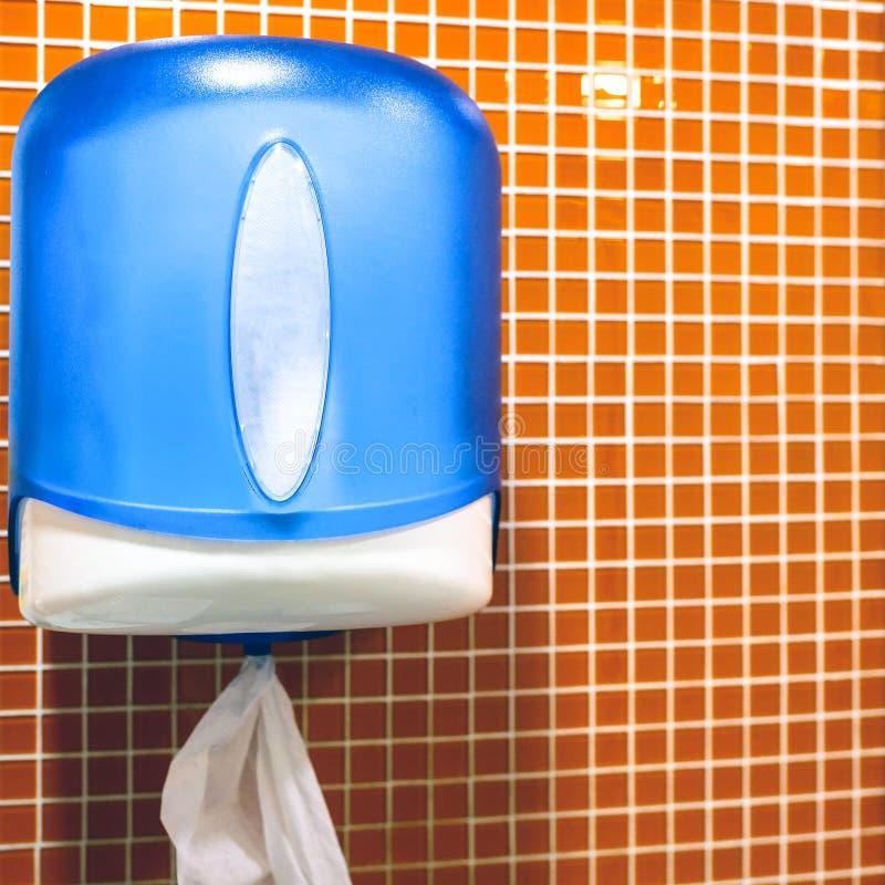 Toalhas de papel no toalete Distribuidor de toalha de mão de papel imagens de stock