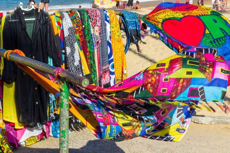Toalhas de praia brasileiras coloridas do canga, pareo, Rio de janeiro, Brasil imagem de stock royalty free