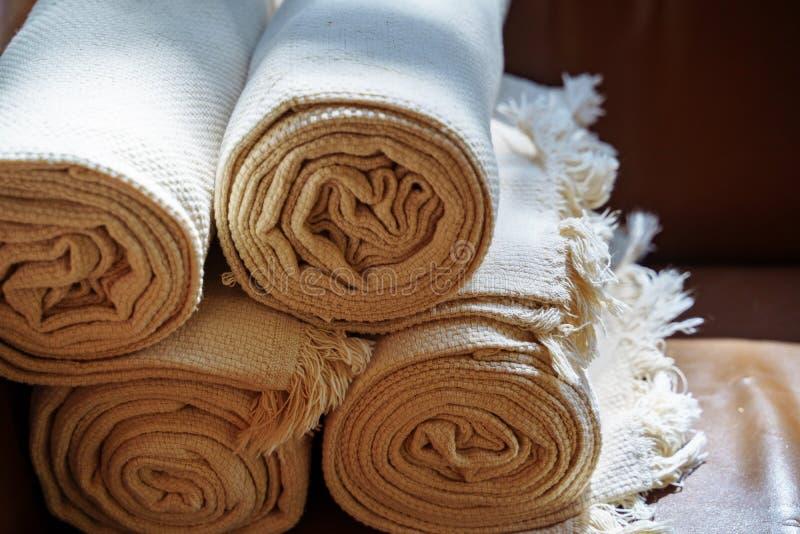 Toalhas de spa dobradas no banheiro ou hotel fotos de stock